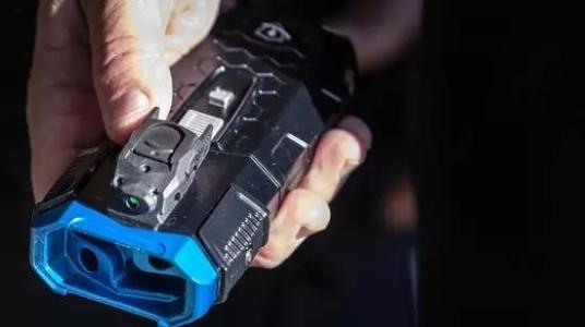 美警察测试套索枪,可精准