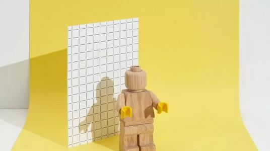靠塑料积木赢市场的乐高,推出可爱的木头人仔
